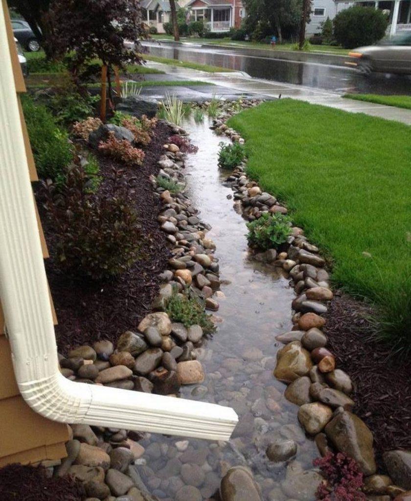 jardín lluvia canal