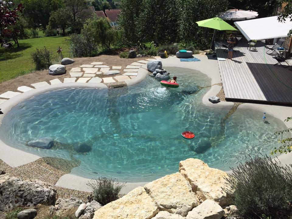 bonita piscina de arena con rocas
