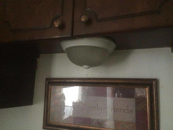 lámpara colocada bajo un mueble