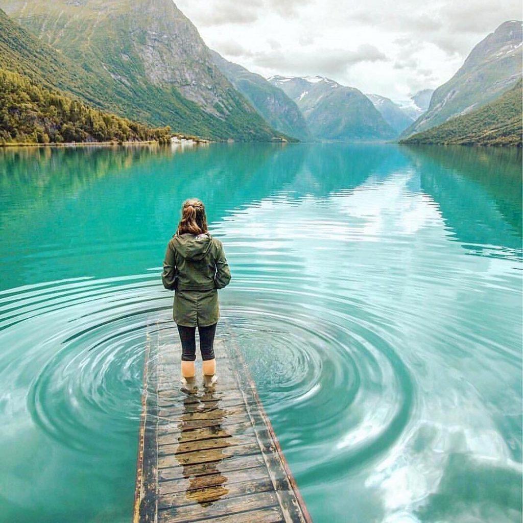 lago noruega montañas