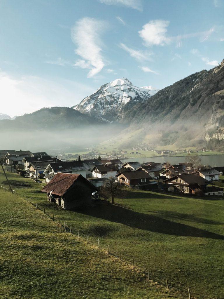 montaña pueblo alpes