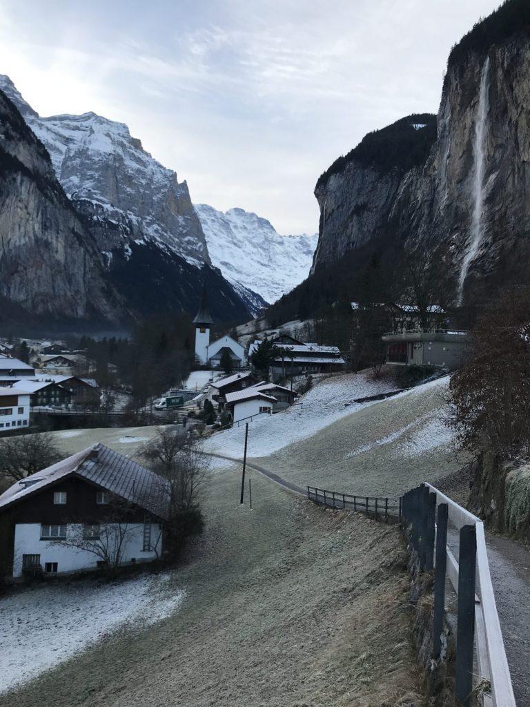 pueblo nevado alpes