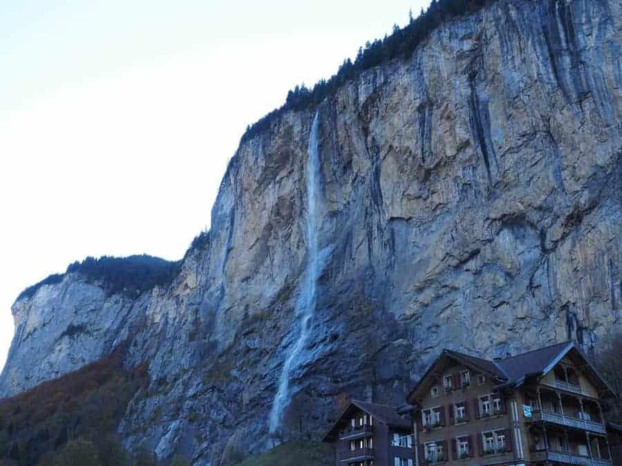 montaña con cascada