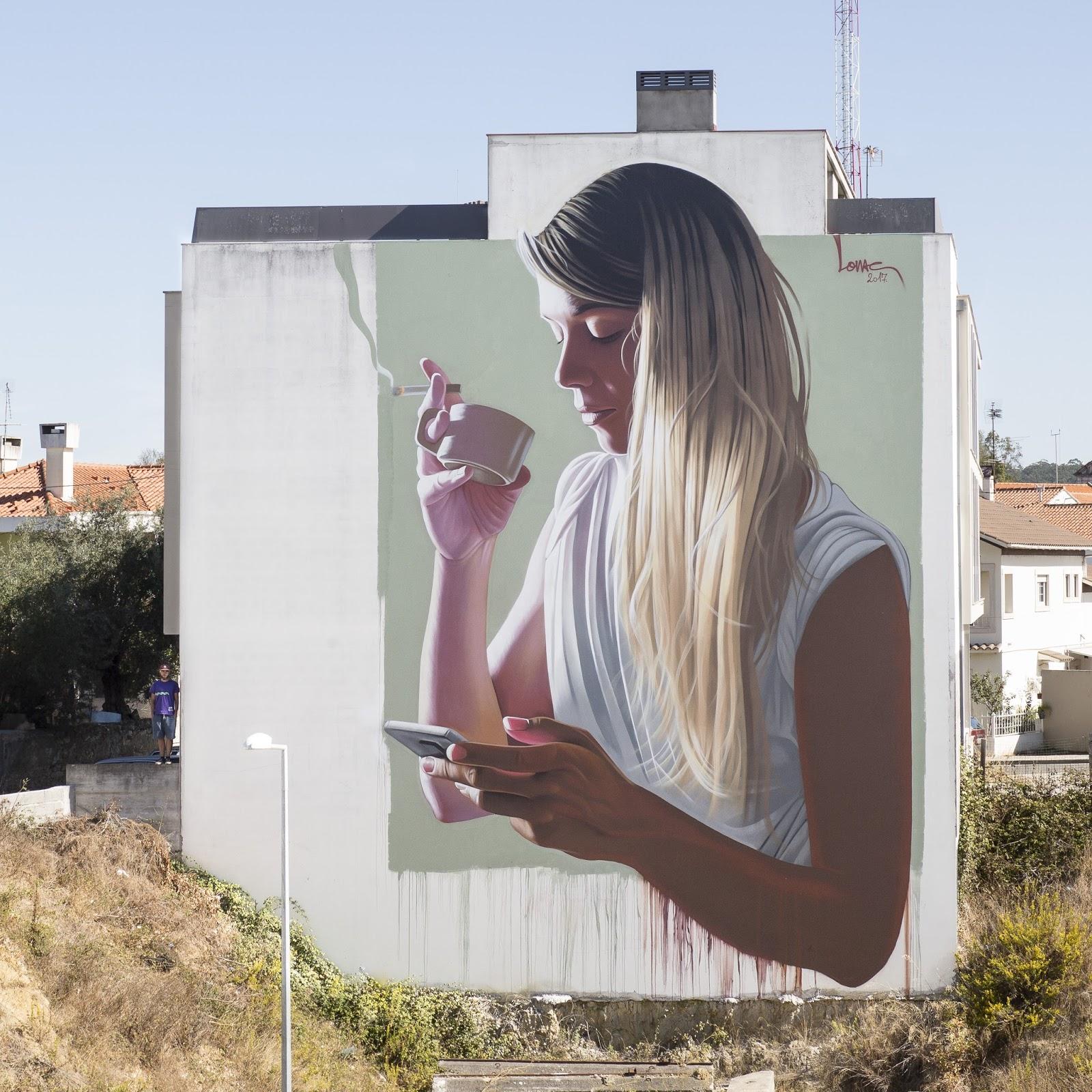 mujer en lateral de un edificio