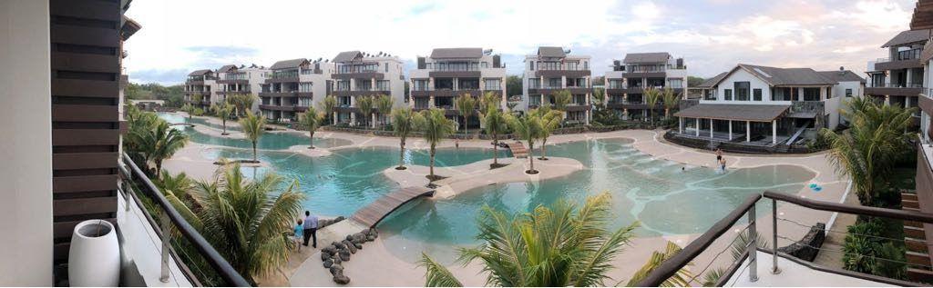 piscinas de arena de playa en una urbanización