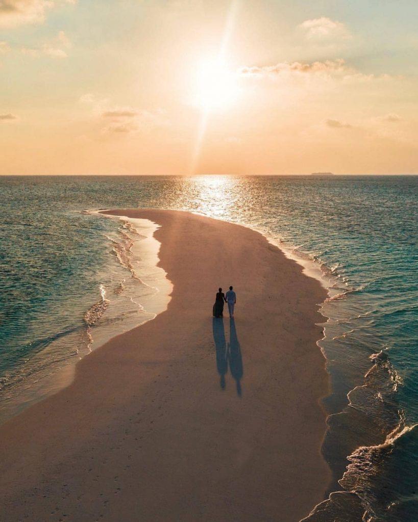 playa brazo de arena pareja paseando