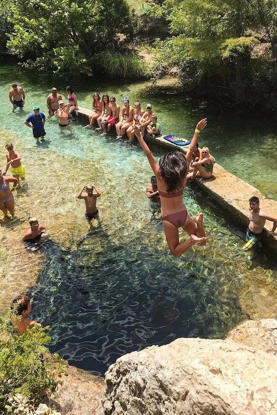 chica saltando al agua baño