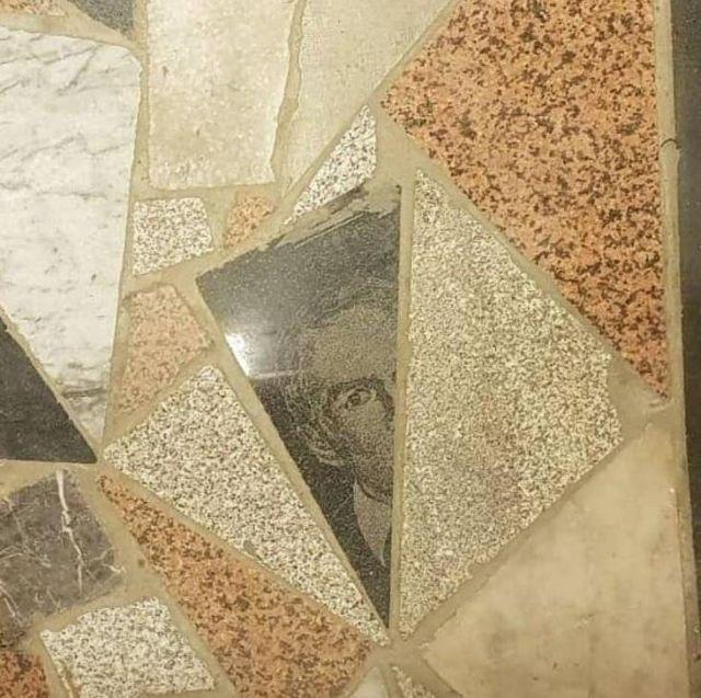 rostro en suelo granito lápida
