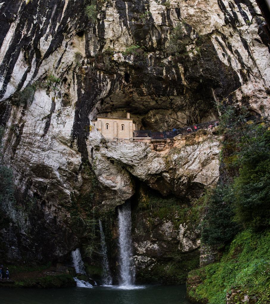 iglesia en cueva cascada
