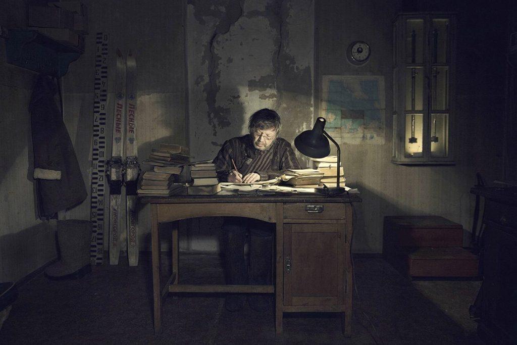 meteorólogo hombre despacho antiguo