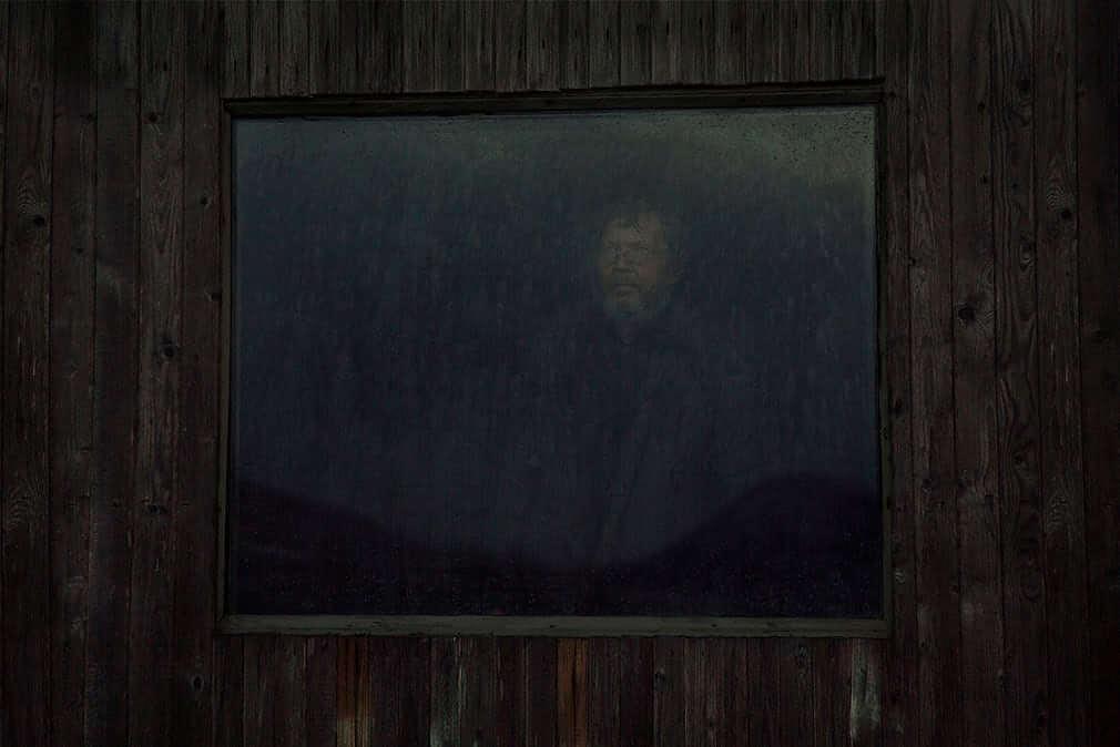 hombre mira lluvia ventana
