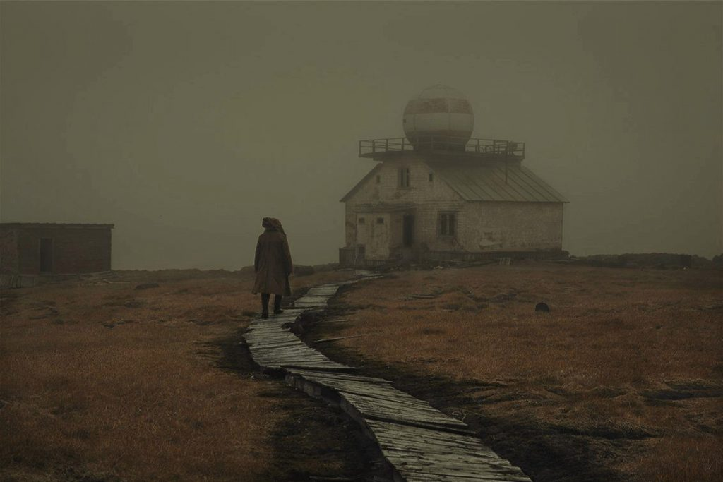 figura casa niebla ártico