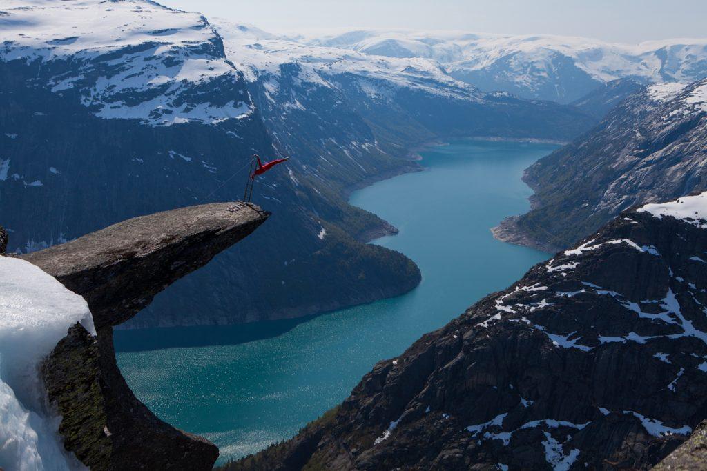 fiordo noruego equilibrista precipicio