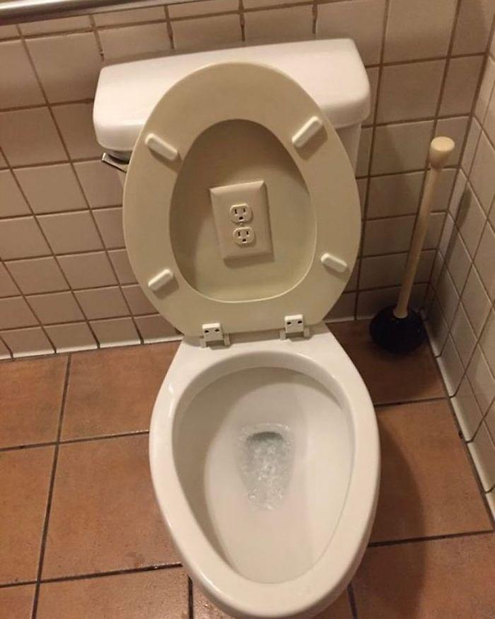 enchufe en un inodoro