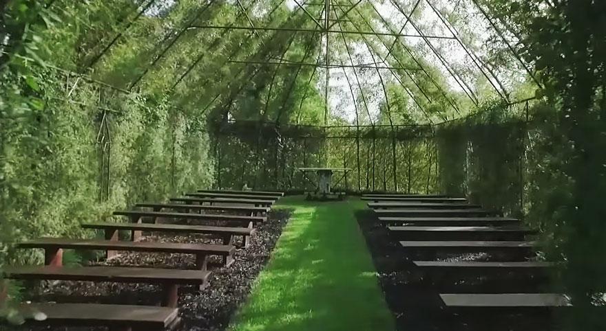 iglesia creada por un jardinero con plantas