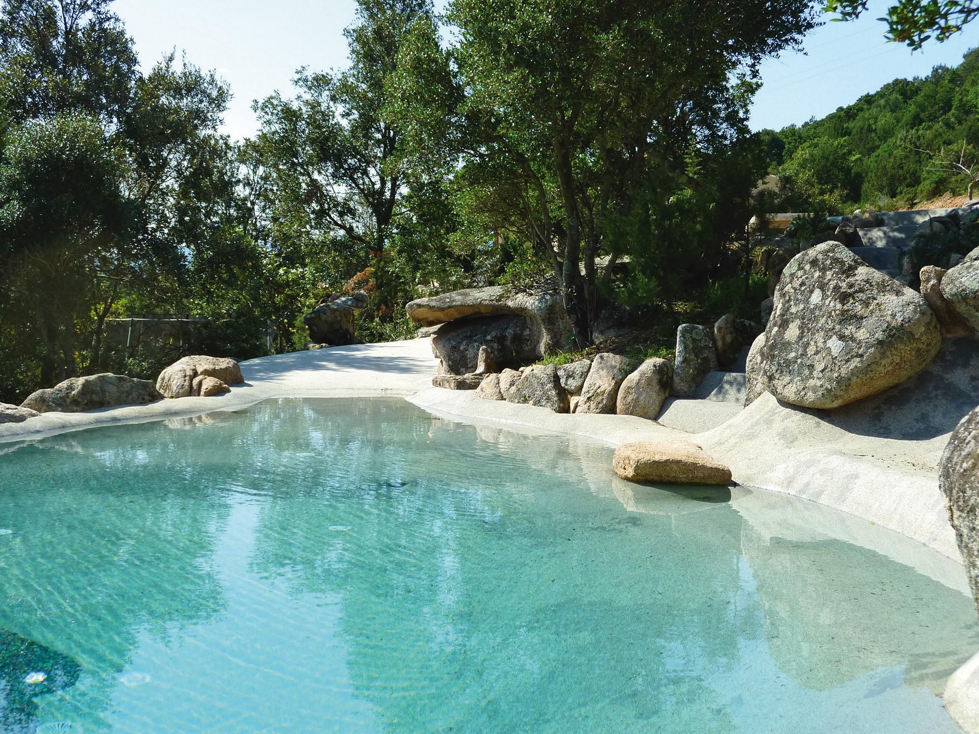 piscina con rocas