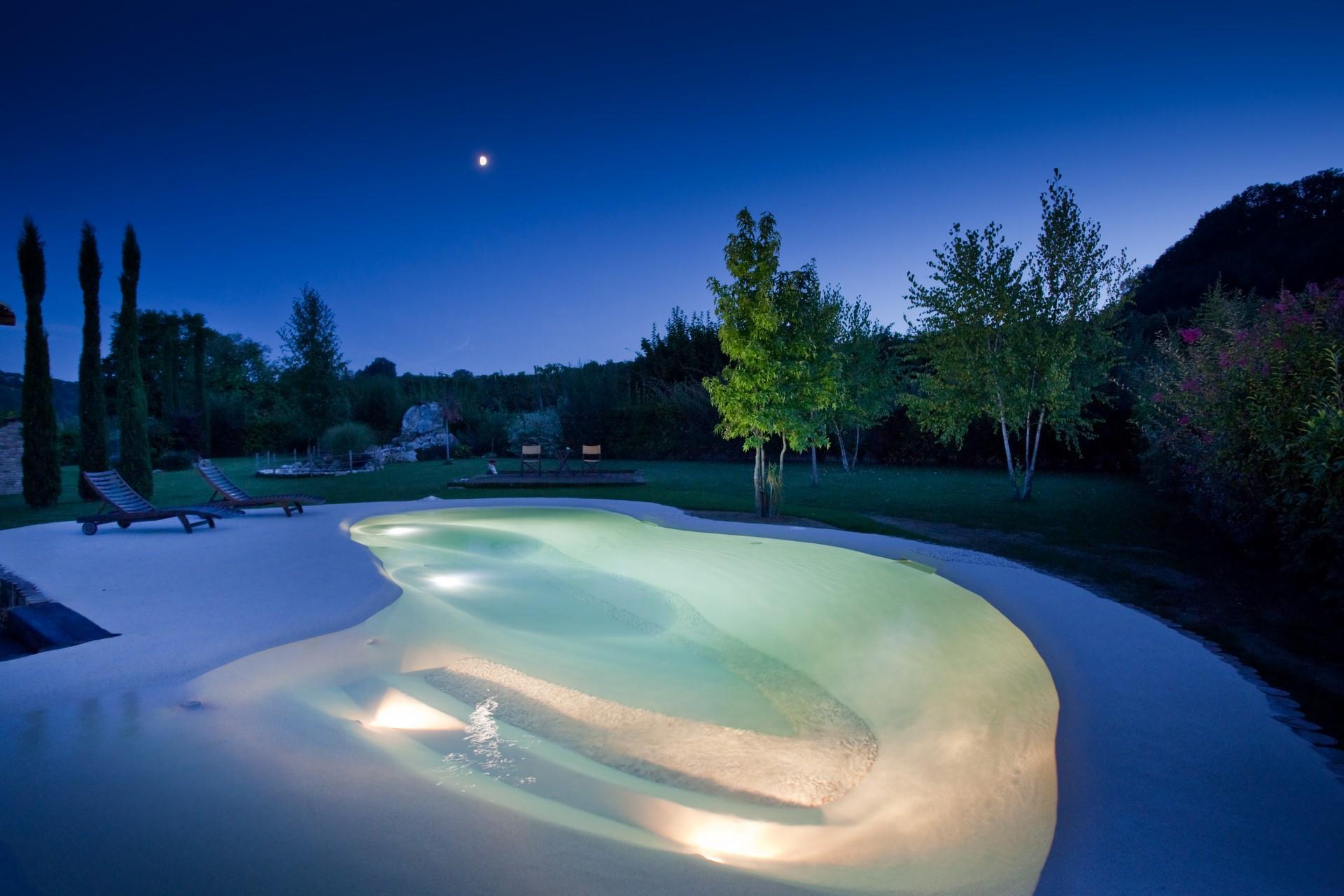 jardín con piscina de arena de playa