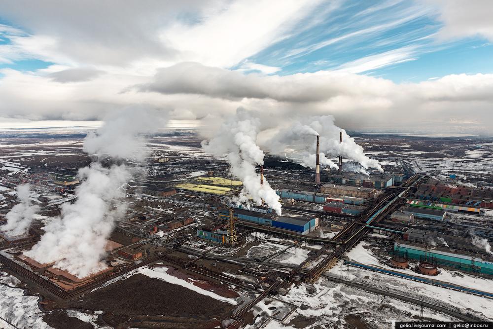 fábricas humeando en una región industrial rusa