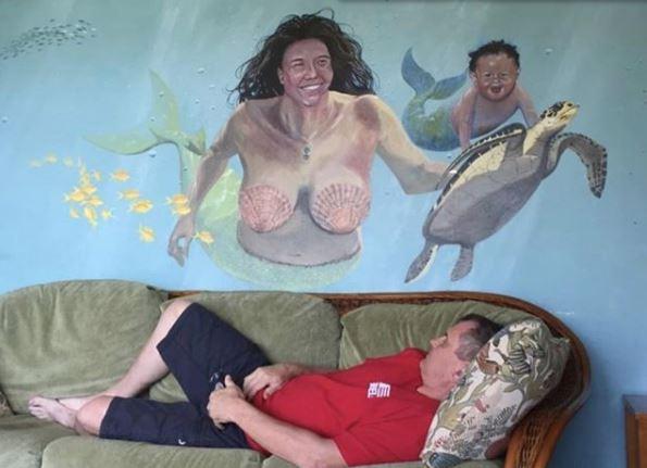mural horrible de la sirenita con tortuga y niño