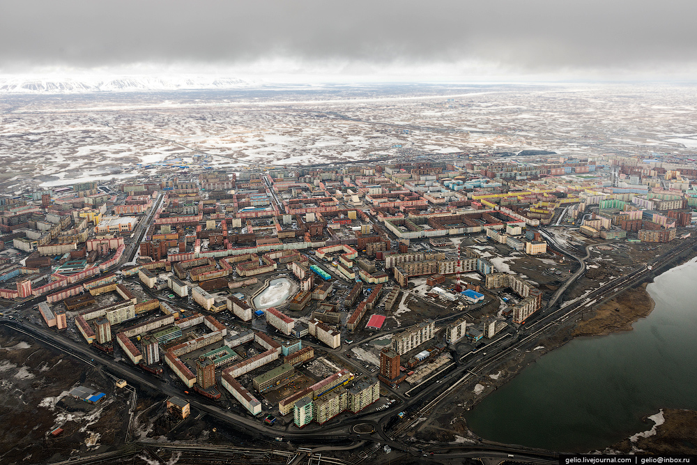 Norilsk fábricas y paisaje de costa