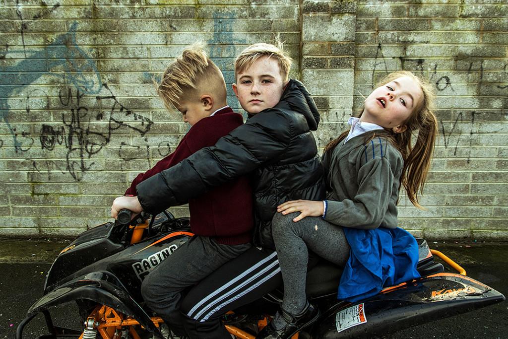 gitanos posando sobre una moto en irlanda