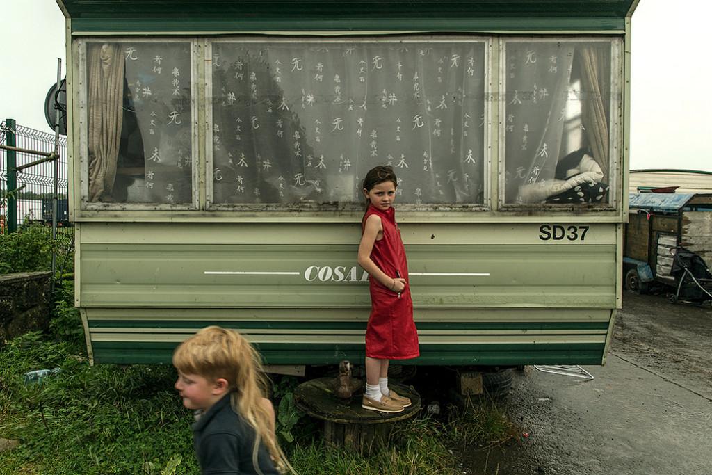 niña gitana posando con una caravana