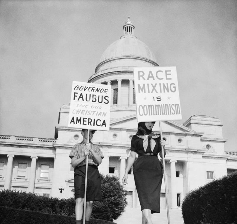 carteles protesta blancos