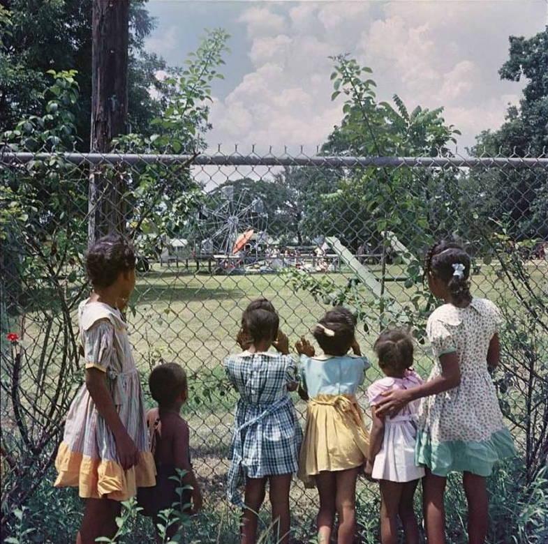 niños parque valla