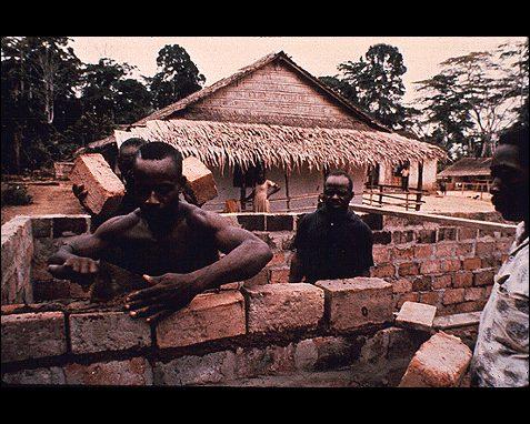 hombres de una tribu para la nasa