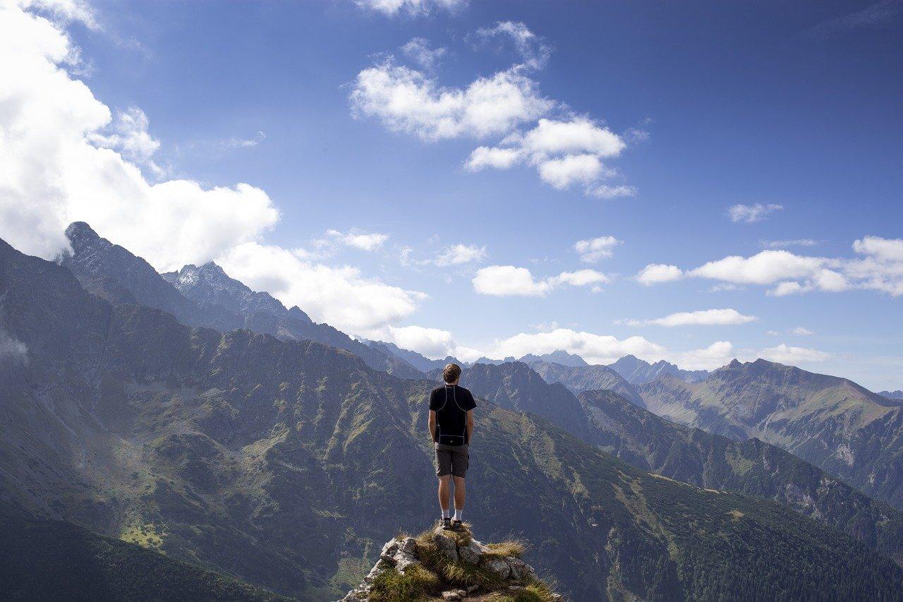 hombre sobre una montaña