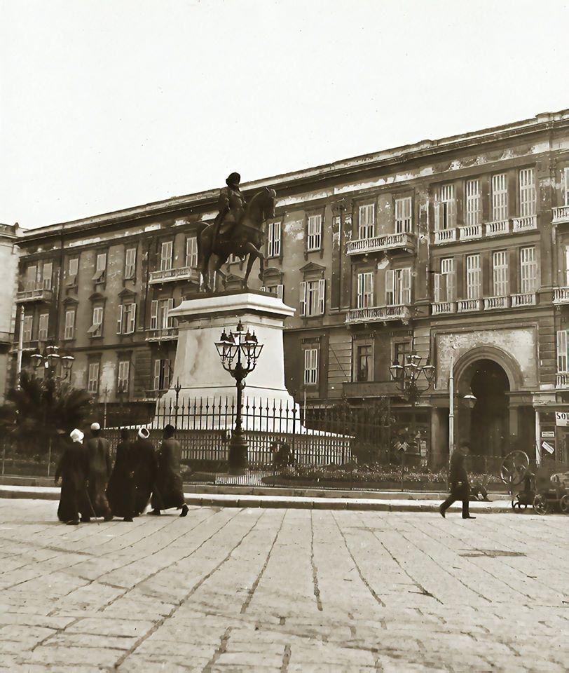 plaza egipcia con estatua