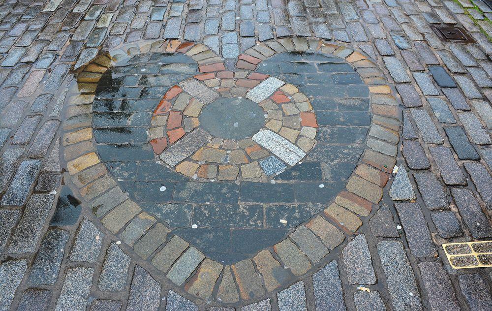 escupir en un corazón en el suelo de Edimburgo