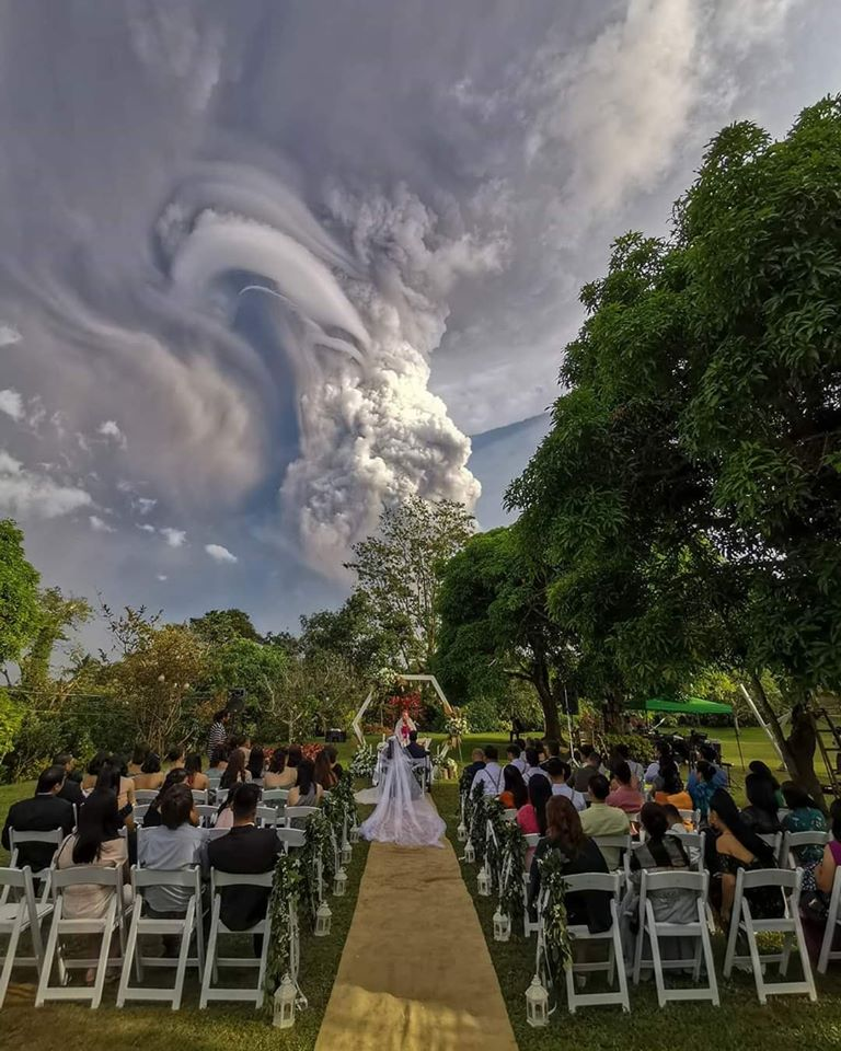 volcán boca altar columna humo