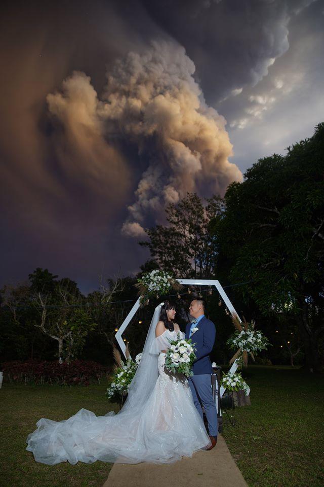 boda columna humo volcán
