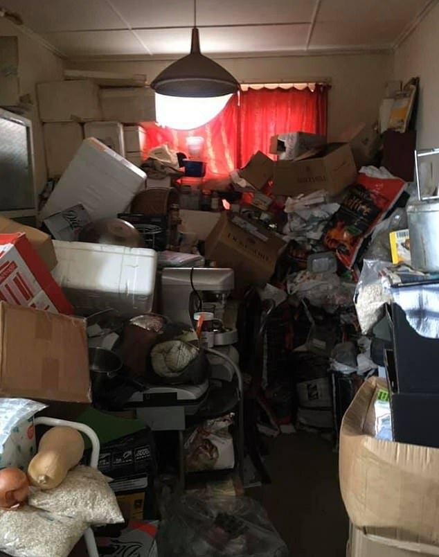 sala llena trastos