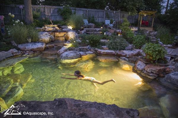 piscina con cascadas en el jardín