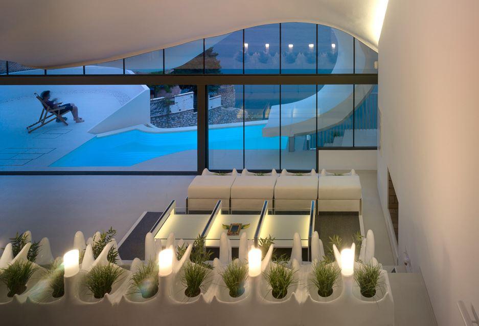 casa con piscina sobre el mediterráneo