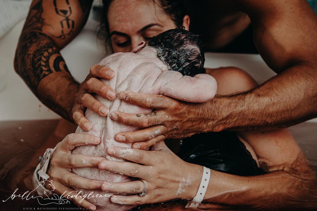 concurso de fotografías de partos padres agarrando a su bebé