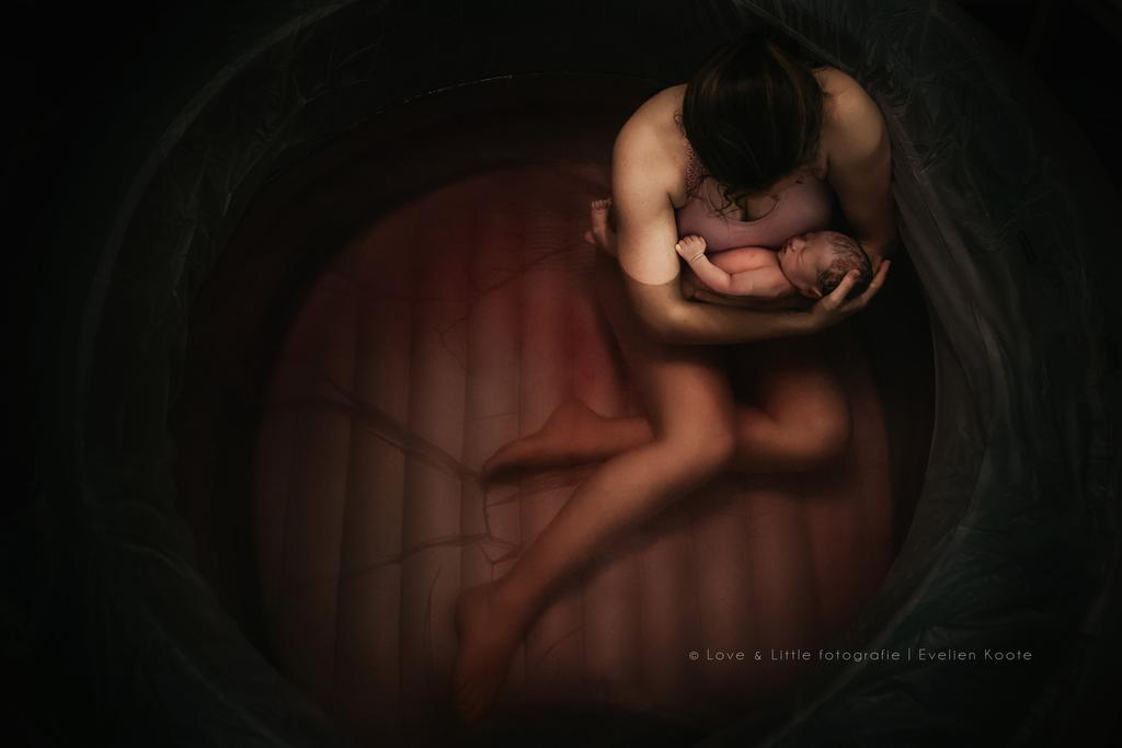 madre con bebé en una piscina tras el parto concurso de fotografías de partos
