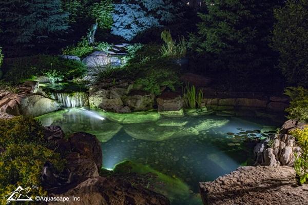 piscina natural con cascadas