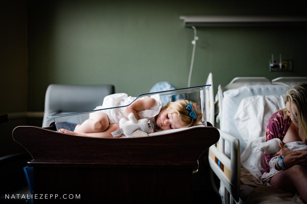 fotografía de madre con bebé en el hospital