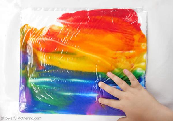 niños en casa pinturas de colores