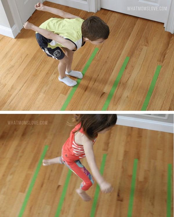 niños en casa salto de longitud