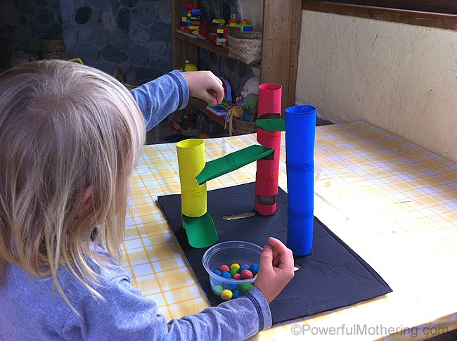 niños en casa laberinto con bolas