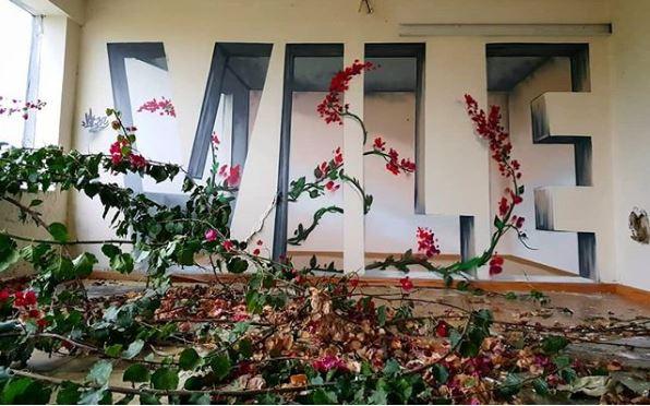 graffiti de firma con flores