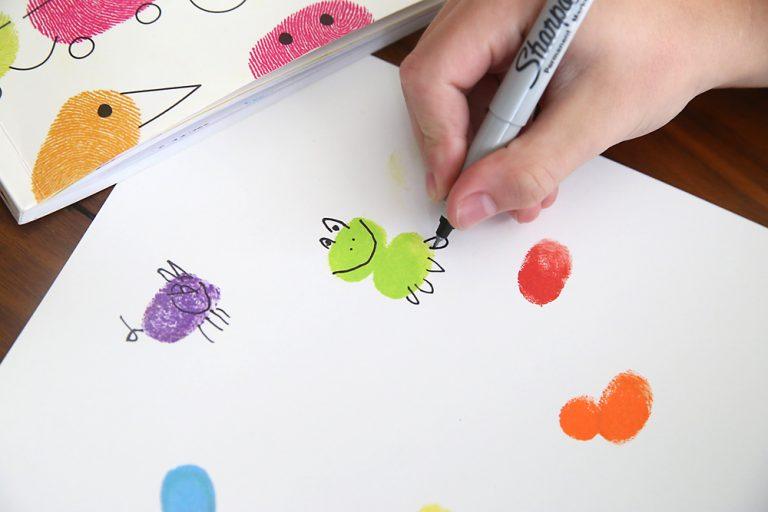 niños en casa pintura de dedos