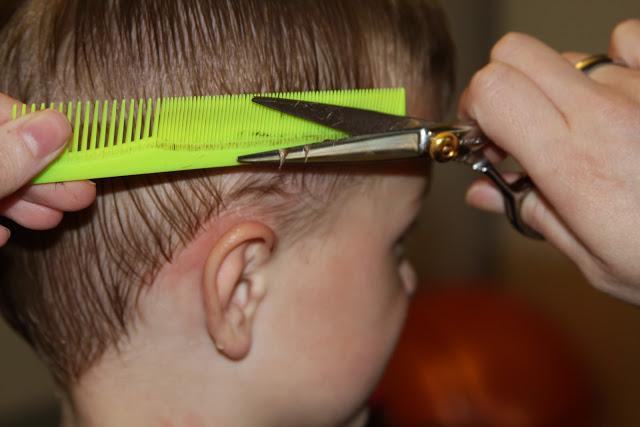 cortar el pelo a los niños en casa para ahorrar dinero