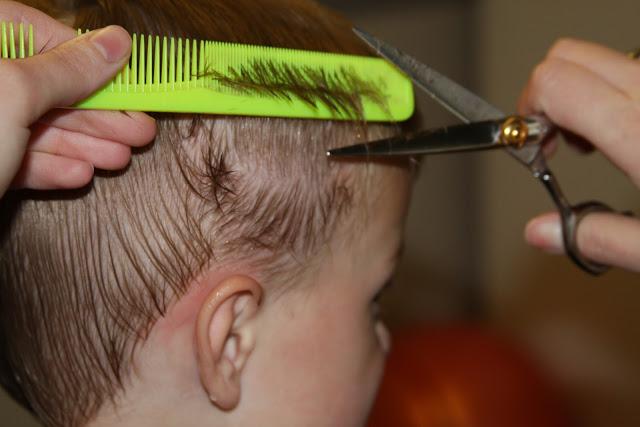 cortar el pelo a los niños con tijera