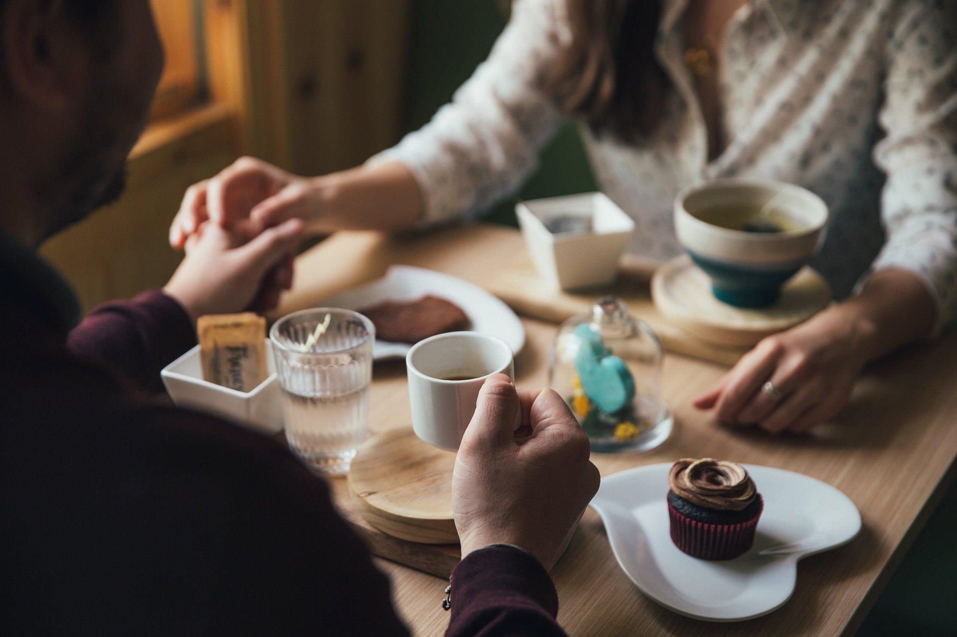 cafetería holding hands cita date