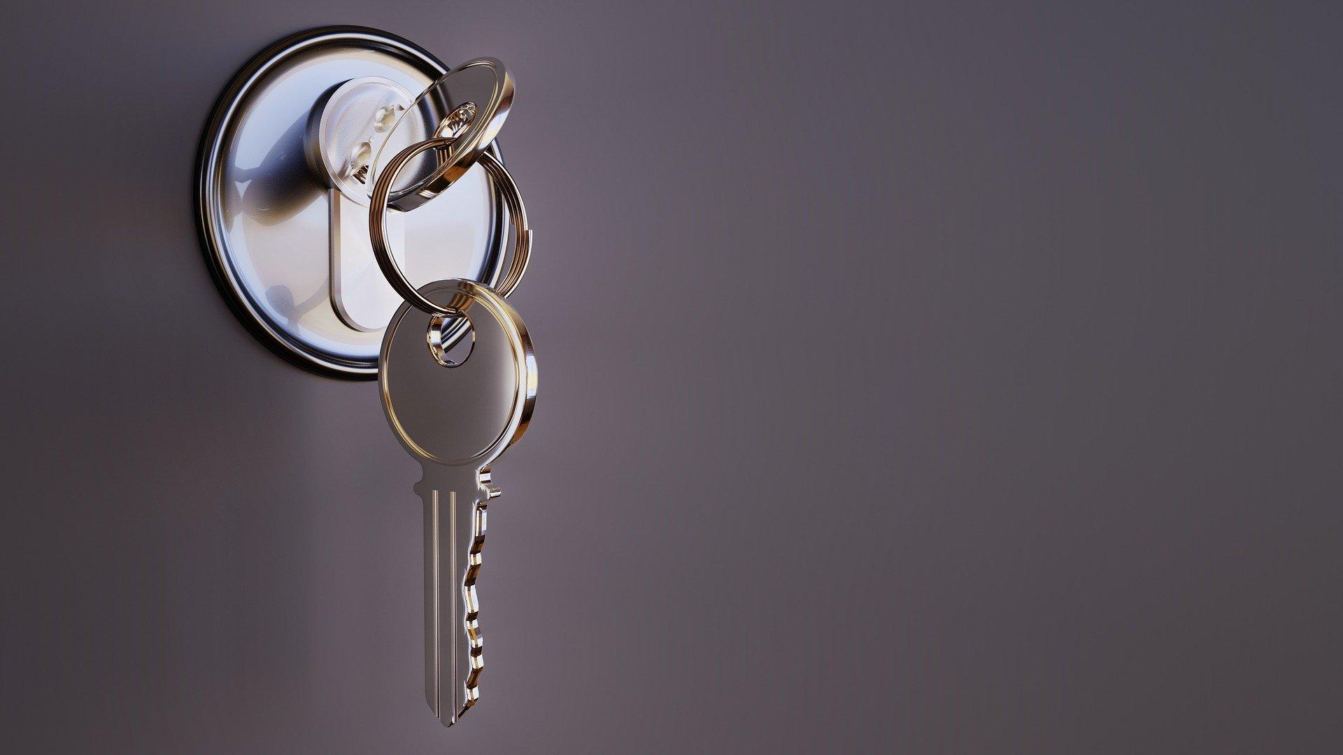 cerradura con llaves puestas